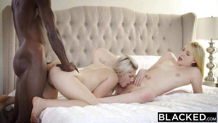 Секс с близняшками в чулочках видео