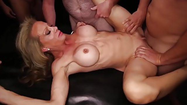 Fitness MILF really knows how to fuck and suck at the gangba